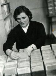 Panevėžio miesto 1-osios masinės bibliotekos vedėja Kotryna Dičkienė abonemento skyriuje. Panevėžys. Apie 1965 m. Panevėžio apskrities G. Petkevičaitės-Bitės viešoji biblioteka, PAVB F22