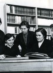 Panevėžio miesto 1-osios masinės bibliotekos darbuotojos. Iš kairės: Janina Sipavičiūtė-Arelienė, J. Simniškienė, skaityklos vedėja Stasė Mikeliūnienė, Genovaitė Žirkauskienė, bibliotekos vedėja Kotryna Dičkienė, A. Navikienė, Ada Pontežytė. Panevėžys. 1965 m. Panevėžio apskrities G. Petkevičaitės-Bitės viešoji biblioteka, PAVB F22
