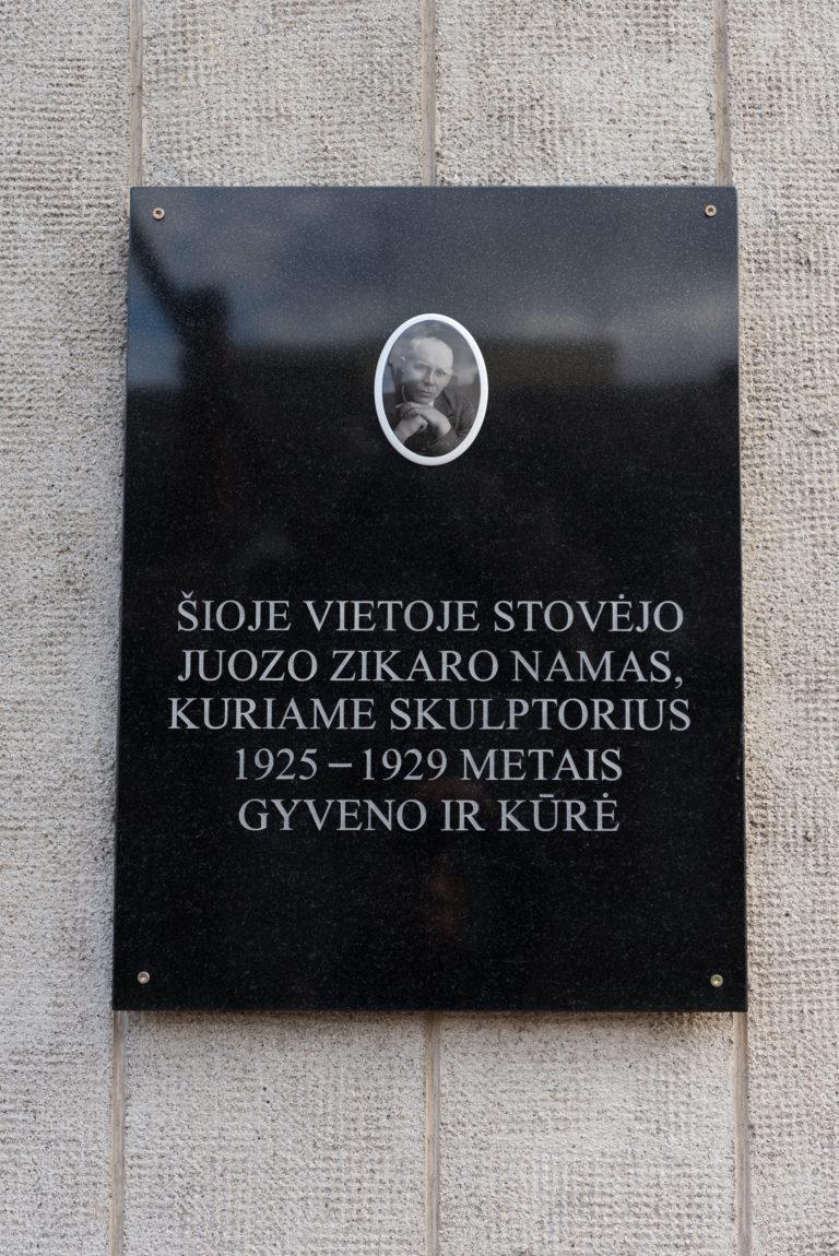 Atminimo lenta skulptoriui Juozui Zikarui. Nuotrauka Mazylis Media