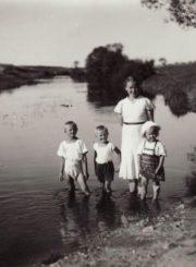 2. E. Jutelienė su vaikais. XX a. 4 deš.