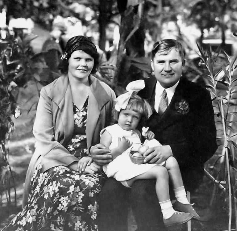 1. Alfonsas Gilvydis su šeima daug prisidėjęs prie kursų organizavimo. 20 a. 4 deš. Nuotrauka iš Panevėžio kraštotyros muziejaus rinkinio