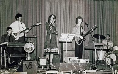 Karininkų namų poilsio vakarų muzikos grupė. 1982 m. gruodžio mėn. Iš kairės: klavišiniai – Arūnas Kareckas, bosinė gitara – Romualdas Viksva, solistė – Vida Puknytė, gitara – Vidmantas Verbickas, būgnai – Virginijus Bičkūnas