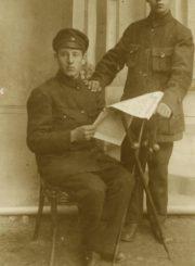 2. Broliai Povilas ir Pranas Daukai. Kairėje – kūno kultūros kursų seniūnas Povilas Daukas. Nuotrauka iš Panevėžio kraštotyros muziejaus rinkinio
