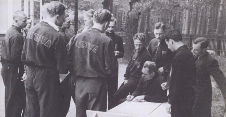 1. Kursų vedėjas Karolis Dineika (centre) su Lietuvos krepšinio rinktinės nariais. 20 a. 4 deš. Nuotrauka iš Panevėžio kraštotyros muziejaus rinkinio