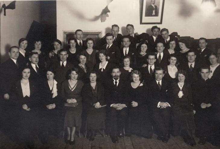 1. Panevėžio pradinių mokyklų mokytojai, nusifotografavę mokytojų knygyno įsteigimo proga. Sėdi penktas iš kairės inspektorius J. Sideravičius. 1932 m. Nuotrauka iš Panevėžio kraštotyros muziejaus rinkinių