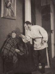 """A. Ostrovskis, N. Solovjovas """"Belugino vedybos"""", (rež. J. Miltinis), 1949 m. Eugenija Šulgaitė – Nastasija, Vytautas Karka – Prochoras. Fotogr. K. Vitkaus. PAVB FKV-99/10-1"""