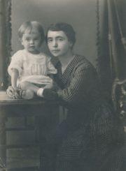 Julija Karkienė su sūnumi Vytautu. Panevėžys, 1921 m. PAVB FKV-F12-270-1(1)