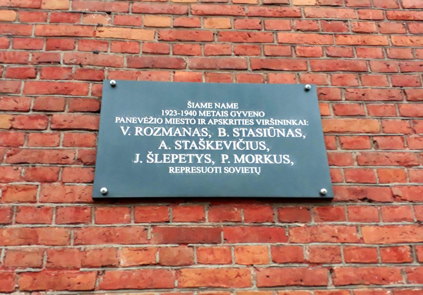Atminimo lenta prieškario Panevėžio miesto ir apskrities viršininkams V. Rozmanui, B. Stasiūnui, A. Staškevičiui, J. Šlepečiui, P. Morkui. Nuotrauka Astos Rimkūnienės