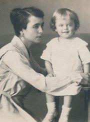 Julija Karkienė su sūnumi Vytautu. Panevėžys, 1921 m. PAVB FKV-F12-270-1(2)
