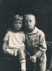 Vytautas Karka (dešinėje) su broliu Gediminu. Panevėžys, apie 1925–1927 m. PAVB FKV-F12-266-1