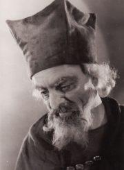 """B. Jonsonas """"Sukčiaus testamentas"""" (""""Volponė""""), (rež. J. Miltinis), 1956 m. Vytautas Karka – Teisėjas. Fotogr. K. Vitkaus. PAVB FKV-74/4-1"""