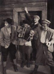 """Vienuolis """"Prieblandoje"""", (rež. J. Miltinis), 1945 m. Romualdas Klasčius – Gaška, Juozas Jučas – Muzikantas, Vaclovas Blėdis – Samodukas, Vytautas Karka – Piršlys. Fotogr. K. Vitkaus. PAVB FKV-82/19-9"""