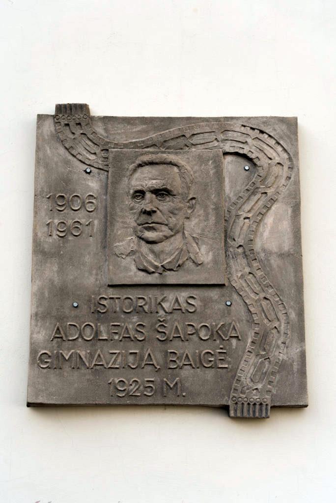 Adolfo Šapokos bareljefas. Nuotrauka Mazylis Media