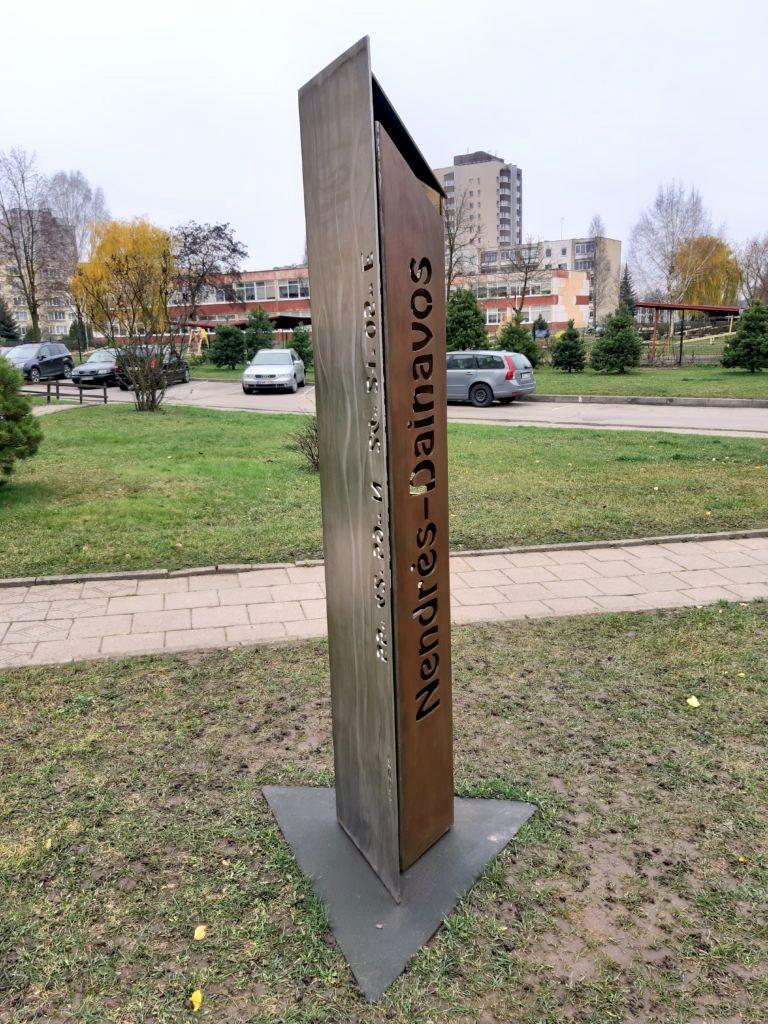 Atminimo ženklas Nendrės-Dainavos bendruomenei. Nuotrauka Loretos Dundulienės