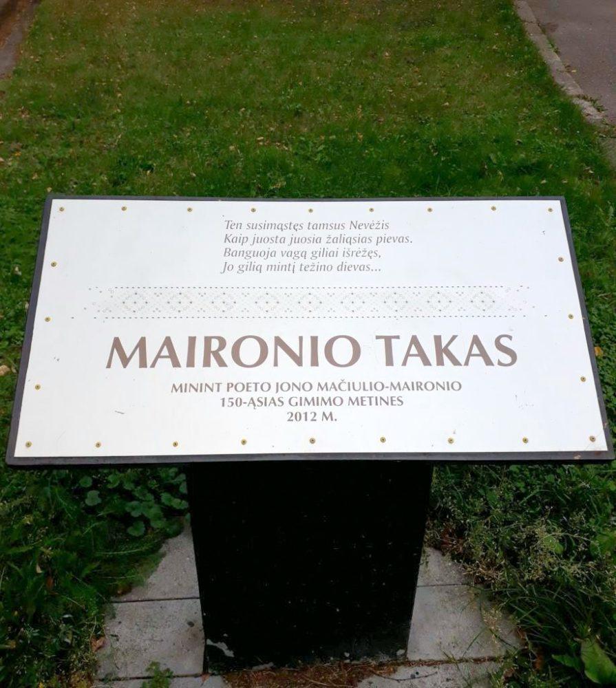 Atminimo lenta Jonui Mačiuliui-Maironiui. Nuotrauka Astos Rimkūnienės