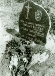 3. Paminklinė lenta žuvusių partizanų atminimui. Nuotrauka iš Pasvalio Mariaus Katiliškio viešosios bibliotekos rinkinio