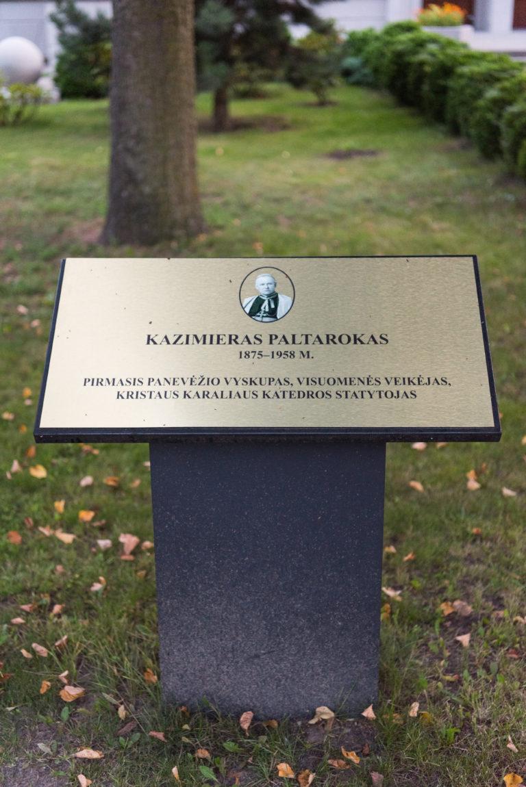 Informacinė lenta, žyminti vyskupo Kazimiero Paltaroko gatvę. Nuotrauka Mazylis Media