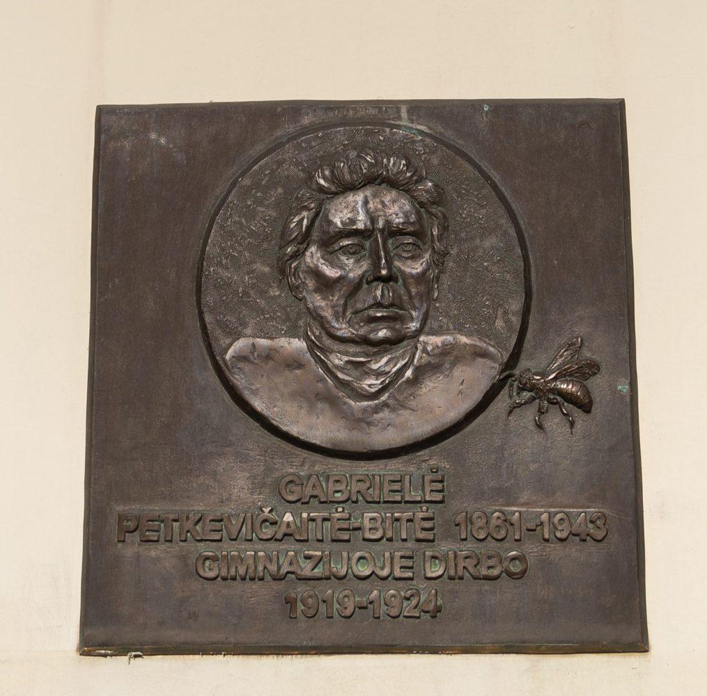 Gabrielės Petkevičaitės-Bitės bareljefas. Nuotrauka Mazylis Media
