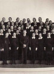 2. Panevėžio mergaičių gimnazijos choras su vadovu F. Svirskiu. Nuotrauka iš F. Svirskio artimųjų rinkinių