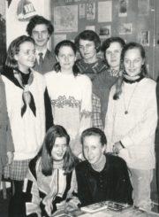 Panevėžio Juozo Balčikonio gimnazijos direktorius Raimondas Dambrauskas (dešinėje), gimnazijos istorijos muziejaus vadovas Vytautas Baliūnas (kairėje), mokytoja Lionė Lapinskienė (centre) su moksleiviais gimnazijos istorijos muziejuje. Fotogr. J. Lindos. Panevėžys. 1994 m. Panevėžio apskrities G. Petkevičaitės-Bitės viešoji biblioteka, Pavienių rankraščių fondas F8-233