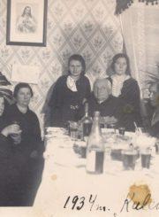 Krekenavos parapijos klebonas kunigas Boleslovas Baronas (centre) ir Krekenavos parapijos altarista kunigas Felicijonas Lelis (dešinėje) su tikinčiaisiais. Krekenava (Panevėžio r.). 1934.10.14. Panevėžio apskrities G. Petkevičaitės-Bitės viešoji biblioteka, Elenos Gabulaitės rankraščių fondas F9-1430