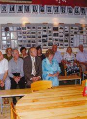 Panevėžio J. Balčikonio gimnazijos istorijos muziejuje gimnazijos 1944 m. laidos absolventai su muziejaus įkūrėju mokytoju Vytautu Baliūnu (kairėje). Fotogr. J. Urbono. 2006.07.01. Panevėžio apskrities G. Petkevičaitės-Bitės viešoji biblioteka, Algirdo Neveravičiaus fondas F143-666