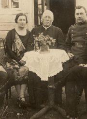 Kunigas Felicijonas Lelis lanko tikinčiuosius. Krekenava (Panevėžio r.). 1934 m. Panevėžio apskrities G. Petkevičaitės-Bitės viešoji biblioteka, Elenos Gabulaitės rankraščių fondas F9-1430