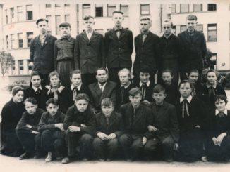 Panevėžio mokyklos-internato fone 1961 metų aštuntokai. Centre – auklėtojas Kazys Naruševičius, jam iš kairės – Genovaitė Galiauskaitė, dešinėje – klasės seniūnė Irena Vaitiekūnaitė. Nuotrauka iš Stasės Raudonienės (Juškaitės) albumo
