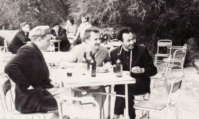 Vyrai lauko kavinėje. Panevėžys, XX a. 7 deš. pab. Vytauto Šinskio nuotr. Iš Panevėžio kraštotyros muziejaus rinkinių