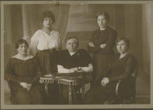 Moterys – Steigiamojo Seimo narės. Iš kairės: Emilija Spudaitė-Gvildienė, Ona Muraškaitė-Račiukaitienė, Gabrielė Petkevičaitė, Salomėja Stakauskaitė, Magdalena Draugelytė-Galdikienė. 1920 m. MLLM 17154