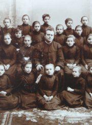 Šiaulių mergaičių gimnazijos 1-os klasės moksleivės. 1-oje eilėje kairėje: Marija Geigaitė (vėliau Putramentienė-Giedraitienė). 1900 m. Panevėžio apskrities Gabrielės Petkevičaitės-Bitės viešoji biblioteka, Marijos Giedraitienės fondas F106-40