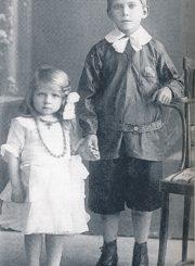 Trečiaklasis Kazimieras Naruševičius su sesute Bronyte. Apie 1931–1932 m. // Čiplytė, Joana Viga. Kazys Naruševičius: tapytojas, mokytojas. Vilnius, 1999. P. 10