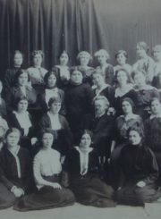 Bestuževo moterų aukštųjų kursų Istorijos-filologijos fakulteto studentės. 1-oje eilėje kairėje: Marija Geigaitė (vėliau Putramentienė-Giedraitienė). Sankt Peterburgas. 1910 m. Panevėžio apskrities Gabrielės Petkevičaitės-Bitės viešoji biblioteka, Marijos Giedraitienės fondas F106-42