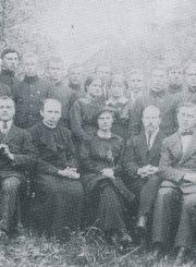 Pirmieji lietuviškos gimnazijos mokytojai su gimnazistais. 1-oje eilėje iš kairės: 3-ia direktorė Marija Putramentienė (vėliau Giedraitienė), 4-as dir. pavaduotojas, Nepriklausomybės akto signataras Kazimieras Bizauskas. [Panevėžys. 1918 m.] // Marija Geigaitė-Putramentienė-Giedraitienė: pirmoji Lietuvos švietimo istorijoje lietuviškos gimnazijos Panevėžyje direktorė / [Parengė Vytautas Baliūnas ; Nuotraukos iš J.Balčikonio gimnazijos istorijos muziejaus ir G.Petkevičaitės-Bitės bibliotekos fondų]. - Panevėžys, 2005. - 1 lap. [6 p.] : iliustr.