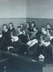 Panevėžio mergaičių gimnazijos direktorė Marija Giedraitienė su moksleivėmis klasėje. 1934-1935 m. m. Panevėžio apskrities Gabrielės Petkevičaitės-Bitės viešoji biblioteka, Marijos Giedraitienės fondas F106-52