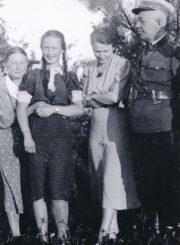 Leonardo ir Marijos Giedraičių šeima su giminaite. Iš kairės: Celina Chodakauskaitė, Aldona Giedraitytė (vėliau Drupienė), Marija Giedraitienė ir Leonardas Giedraitis. Apie 1936-1937 m. Panevėžio apskrities Gabrielės Petkevičaitės-Bitės viešoji biblioteka, Marijos Giedraitienės fondas F106-36-1