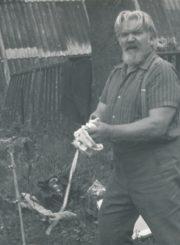 """Dailės studijos """"Spektras"""" vadovas, dailininkas Kazimieras Naruševičius prie molberto. Vencavai (Zarasų r.). 1991 m. Panevėžio apskrities Gabrielės Petkevičaitės-Bitės viešoji biblioteka, Stasės Mikeliūnienės fondas F137-324"""