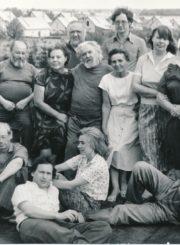 Skulptoriaus Juozo Zikaro 110-osioms gimimo metinėms skirto dailininkų plenero dalyviai Paįstryje (Panevėžio r.). 1-oje eilėje sėdi iš kairės: Ričardas Taločka, Aleksandras Ščerbininas, Irena Milaševičiūtė, Vladimiras Patychas; 2-oje eilėje iš kairės: Vladas Vaišvila, Eduardas Zareckij, Aldona Oškeliūnienė, Kazimieras Naruševičius, Stasė Mikeliūnienė, Emilija Taločkienė, Ona Šimaitytė-Račkauskienė; 3-ioje eilėje: Klausutis Beržanskis ir Vytautas Jackevičius. 1991 m. Panevėžio apskrities Gabrielės Petkevičaitės-Bitės viešoji biblioteka, Stasės Mikeliūnienės fondas F137-325