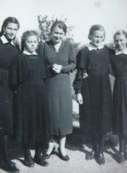 Panevėžio mergaičių gimnazijos direktorė Marija Giedraitienė su 5 b klasės moksleivėmis. 1938 m. Panevėžio apskrities Gabrielės Petkevičaitės-Bitės viešoji biblioteka, Marijos Giedraitienės fondas F106-57