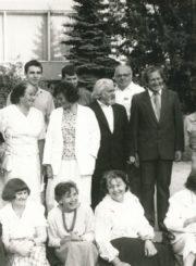 """Dailės studijos """"Spektras"""" nariai su vadovu Kazimieru Naruševičiumi (stovi centre) minint studijos 35-metį. Panevėžys. 1991 m. Panevėžio apskrities Gabrielės Petkevičaitės-Bitės viešoji biblioteka, Stasės Mikeliūnienės fondas F137-326"""