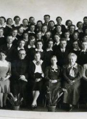 Panevėžio mergaičių gimnazijos 1937 m. abiturientės su pedagogais prieš egzaminus. Fotogr. J. Žitkaus. 1-oje eilėje iš kairės: mokyt. Ona Daugaravičiūtė, Herta Zahlmann (Calmanaitė), Honorata Jasaitytė, kapelionas kun. Adolfas Stašys, dir. Marija Giedraitienė, Ona Maksimaitienė, Sofija Žemaitienė, Julija Rapšienė, Elena Jasinskaitė-Bronevičienė. 2-oje eilėje kairėje mokyt. Morta Jaskytė, 4-as mokyt. Jonas Vaitys. 2-oje eilėje iš dešinės 5-as mokyt. Juozas Matusevičius. 3-ioje eilėje kairėje mokyt. Marija Januškevičienė. 3-ioje eilėje dešinėje mokyt. Petronėlė Bylaitė. Viršutinėje eilėje kairėje mokyt. Petras Rapšys, centre mokyt. Feliksas Svirskis. Panevėžys. 1937 m. Panevėžio apskrities Gabrielės Petkevičaitės-Bitės viešoji biblioteka, Elenos Gabulaitės fondas F9-1202