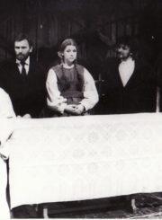 """Vaižgantas """"Nebylys"""" (R. Samulevičiaus inscenizacija, rež. Algimantas Pociūnas), 1990 m. Eugenija Šulgaitė – Kepelienė, Vidmantas Bartusevičius – Kazys, Asta Preidytė – Anelija, Valerijus Jevsejevas – Jonas (Nebylys), Romualdas Urvinis – Kepelė. Fotogr. K. Vitkaus. PAVB FKV-266/1-8"""