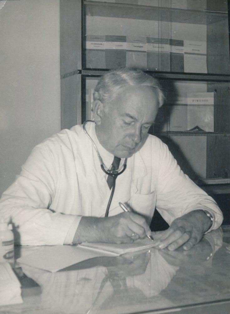 Panevėžio miesto II poliklinikos apylinkės gydytojas Algirdas Neveravičius darbo kabinete. Panevėžys. Apie 1982 m. Panevėžio apskrities Gabrielės Petkevičaitės-Bitės viešoji biblioteka, Algirdo Neveravičiaus fondas F143-656