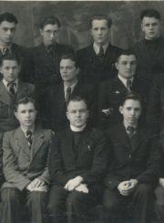 Panevėžio I gimnazijos (dabar Juozo Balčikonio gimnazija) VIII klasės moksleiviai su klasės vadovu kunigu Jonu Ragausku. Fotogr. Jono Žitkaus. Panevėžys. 1943–1944 m. 1-oje eilėje iš kairės: Mykolas Ežerskis, Jonas Kuodis, klasės seniūnas Albertas Pečiukėnas, klasės auklėtojas kunigas Jonas Ragauskas, Algimantas Skučas, Vytautas Kriaučiūnas, Algirdas Skersys; 2-oje eilėje iš kairės: Leonas Stakė, Albertas Gurskis, Levas Kraucevičius, Jonas Kizis, Juozas Balčikonis, Petras Daunoras, Mykolas Stankevičius; 3-oje eilėje iš kairės: Povilas Ilgenis, Algirdas Neveravičius, Henrikas Juozakas, Povilas Kavaliauskas, Leonas Baltušauskas (Baltušis). Panevėžio apskrities Gabrielės Petkevičaitės-Bitės viešoji biblioteka, Algirdo Neveravičiaus fondas F143-642
