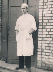 Respublikinės Panevėžio ligoninės Vidaus ligų skyriaus gydytojas Algirdas Neveravičius prie ligoninės. Panevėžys. 1965 m. Panevėžio apskrities Gabrielės Petkevičaitės-Bitės viešoji biblioteka, Algirdo Neveravičiaus fondas F143-653