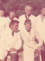 Gydytojas Algirdas Neveravičius su kolegomis. Panevėžys. 1983 m. 1-oje eilėje iš kairės: Rimantas Jonas Jagas, Gražina Šumskienė; 2-oje eilėje iš kairės: Danguolė Brunovienė, neatpažinta gydytoja internė, A. Neveravičius, gydytojas internas Eduardas Skavronskas. Panevėžio apskrities Gabrielės Petkevičaitės-Bitės viešoji biblioteka, Algirdo Neveravičiaus fondas F143-659