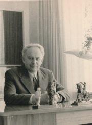 Algirdas Neveravičius darbo kambaryje savo namuose. Panevėžys. Apie 1985 m. Panevėžio apskrities Gabrielės Petkevičaitės-Bitės viešoji biblioteka, Algirdo Neveravičiaus fondas F143-586