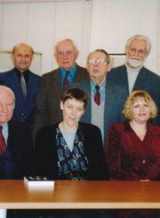 Algirdas Neveravičius ir Panevėžio bibliofilų klubo nariai su profesoriumi Vladu Žuku ir Panevėžio apskrities Gabrielės Petkevičaitės-Bitės viešosios bibliotekos darbuotojomis. Panevėžys. Apie 2001 m. 1-oje eilėje iš kairės: prof. Vladas Žukas, Panevėžio apskrities G. Petkevičaitės-Bitės viešosios bibliotekos direktoriaus pavaduotoja kultūrinei veiklai Genovaitė Astrauskienė, Bibliotekos darbuotoja Ramunė Greiciūnienė, Panevėžio apskrities G. Petkevičaitės-Bitės viešosios bibliotekos direktorė Rima Maselytė; 2-oje eilėje iš kairės: Rymantas Grėbliūnas, Vytautas Simonavičius, Algirdas Neveravičius, Eugenijus Rimgaudas Banys, Bonifacas Ruželė, Gintautas Trumpis. Panevėžio apskrities Gabrielės Petkevičaitės-Bitės viešoji biblioteka, Algirdo Neveravičiaus fondas F143-631