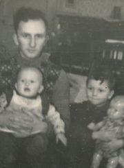 Vytautas Vilkončius su sūnumis Vilmantu ir Laimučiu. Panevėžys. 1955 m. Panevėžio apskrities Gabrielės Petkevičaitės-Bitės viešoji biblioteka, Vytauto ir Silvijos Vilkončių šeimos fondas F154-197