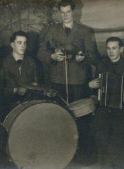 """Panevėžio miesto džiazo ansamblis """"Ašinskas"""". Panevėžys. Apie 1944–1948 m. Iš kairės: 1-as ansamblio vadovas Vytautas Vilkončius, 2-as Vladas Trachinas, 3-as Mykolas Simonaitis, 4-as Vladas Telyčėnas, 5-as neidentifikuotas asmuo. Panevėžio apskrities Gabrielės Petkevičaitės-Bitės viešoji biblioteka, Vytauto ir Silvijos Vilkončių šeimos fondas F154-190"""